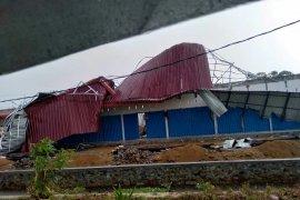 Angin kencang rusak 71 rumah
