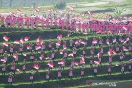 "Polri-TNI bentangkan ""Merah-Putih"" kelilingi Jatiluwih (video)"
