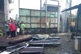 Sembilan rumah warga Stabat diterpa angin puting beliung