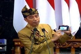 """Tunjukkan """"smartphone"""", Jokowi nilai bisa efisiensi studi banding"""