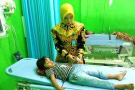 Petugas medis RSUD Nagan Raya layani pasien pakai busana adat  Aceh