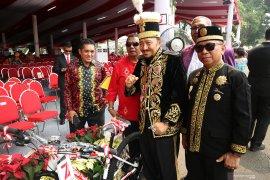 Presiden Jokowi berikan sepeda ke tiga kostum terbaik HUT RI