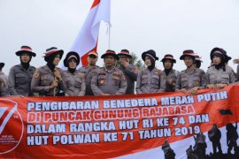 Polda Lampung kibarkan bendera di puncak Gunung Rajabasa