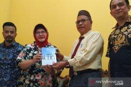 """SMN serahkan diary """"Bingkai Anak Negeri"""" ke Perpustakaan Bangka Belitung"""