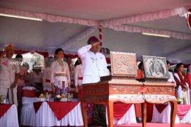 Bupati Gianyar : berbusana adat di upacara HUT RI gerakkan ekonomi