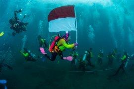 Pecahkan rekor dunia ; WASI kibarkan merah putih di dasar laut
