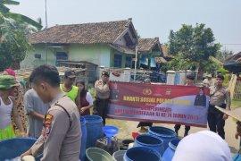Kendaraan taktis Armor Water Canon  dikerahkan Polres Serang bantu air bersih masyarakat
