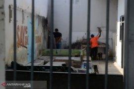 Jebol tembok, sembilan tahanan Polsek Pangkalan Kerinci kabur