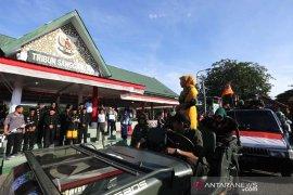 Berpakaian Adat Aceh, Aminullah lepas pawai budaya dan karnaval mobil hias 17 Agustusan