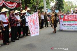 Ribuan peserta meriahkan karnaval pembangunan dan pawai mobil hias HSS