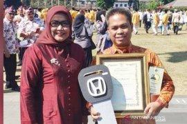 Camat Megamendung Bogor dihadiahi mobil karena jemput pajak kendaraan ke rumah