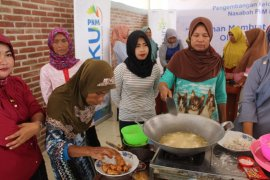 PNM Mekaar Teluknaga ajari emak-emak membuat masakan olahan hasil laut