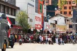 Ribuan pendemo di Jayapura long march ke kantor Gubernur