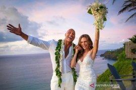 "Dwayne ""The Rock"" Johnson resmi nikahi Lauren Hashian"