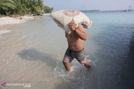 Warga Mentawai keluhkan biaya angkut semen mahal, harga jual capai Rp150 ribu per sak