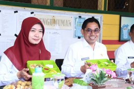 Kampanyekan makan sayur dan buah Wabup HSS makan bersama anak SD