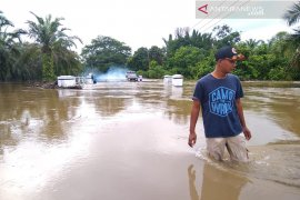 Simpang Pasaman Baru Pasaman Barat selalu banjir setiap hujan, arus lalu lintas terganggu