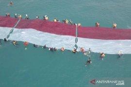 Sepuluh penyandang disabilitas kibarkan merah putih di bawah laut