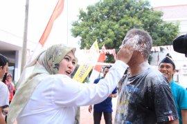 Bupati Irna ikut lomba tumpah tepung bersama pegawai Setda