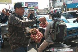 Prihatin harga murah, petani bagikan bawang merah ke pengguna jalan