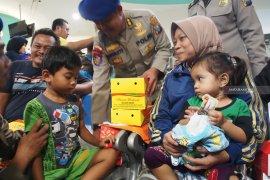 Korban selamat KM Santika Nusantara tiba di Surabaya