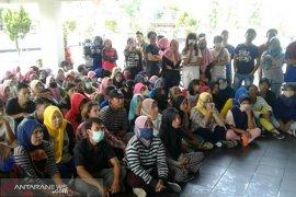 Upah tak sesuai UMP, buruh di Bengkulu seruduk Disnakertrans