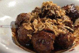 Mencicipi Bakso Bakar Pak Man, salah satu kuliner legendaris Kota Malang