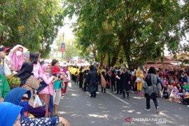 Ribuan penonton padati trotoar jalan saksikan pawai dan karnaval