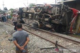 Bus Agra Mas terbalik dihantam kereta api di Karawang