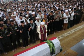 Jenazah Ipda Erwin Yudha dikebumikan di TMP Cianjur