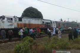 Perjalanan kereta terhenti sementara akibat kecelakaan kereta tabrak bus
