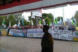 Massa buruh berunjuk rasa di DPR Aceh