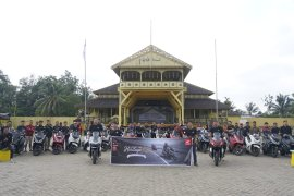 Honda PCX Club Indonesia (HPCI) Pontianak kunjungi Istana Kadariah Pontianak