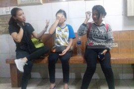 Angkot tabrak dua rumah di Medan, tiga penumpang luka