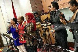 Gubernur Khofifah dan Lukas Enembe berduet nyanyikan lagu Papua