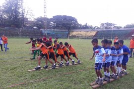Siswa Ambon lestarikan permainan tradisional tarompa panjang