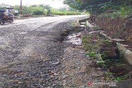 Warga Padang Lancat keluhkan drainase rusak akibat alat berat