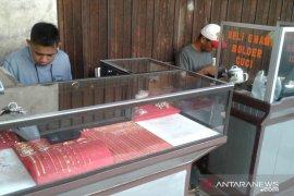 Transaksi emas pinggiran jalan  di Ambon masih sepi