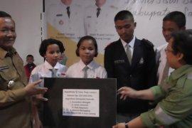 Pemkab Samosir serahkan bantuan beasiswa berprestasi