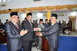 Akhirnya Antonius Hutabarat dilantik sebagai ketua DPRD Tapteng