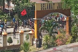 Papua memanas, pendemo bakar kantor Majelis Rakyat