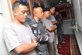 Tim ekspedisi pulau terpencil Bank Indonesia Shalat Jumat di KRI Lemadang-632