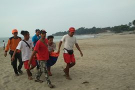 Seorang santri hilang terserat ombak di Pantai Karang Bolong
