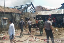 Arus pendek listrik sebabkan delapan rumah kebakaran di Cianjur