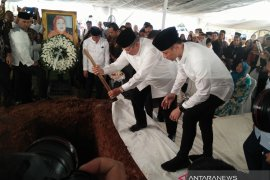 SBY taburkan tanah ke makam ibundanya di TPU Tanah Kusir