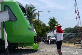 Dua anak ini cari rezeki dengan jaga perlintasan kereta api
