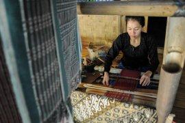 Kain tenun hasil para perajin Badui dipasarkan melalui media sosial