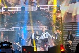Konser grup K-pop TVXQ rancak, penonton ramai menjerit
