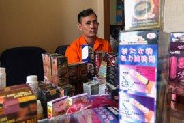 Jual obat kuat dan alat bantu seks tanpa izin edar di medsos, pria ini ditangkap di rumahnya