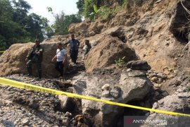 Tertimpa longsoran batu, satu penambang tewas